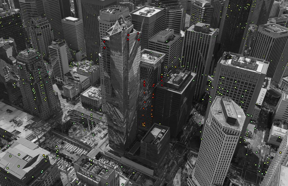 Skyskraperen Millennium Tower (midt på bildet) i San Francisco synker med mer enn 5 cm per år (røde punkter). Bygningene rundt beveger seg nesten ikke (grønne punkter). Foto: Contains modified Copernicus Sentinel data (2015–16)/ESA SEOM INSARAP study/PPO.labs/Norut/NGU