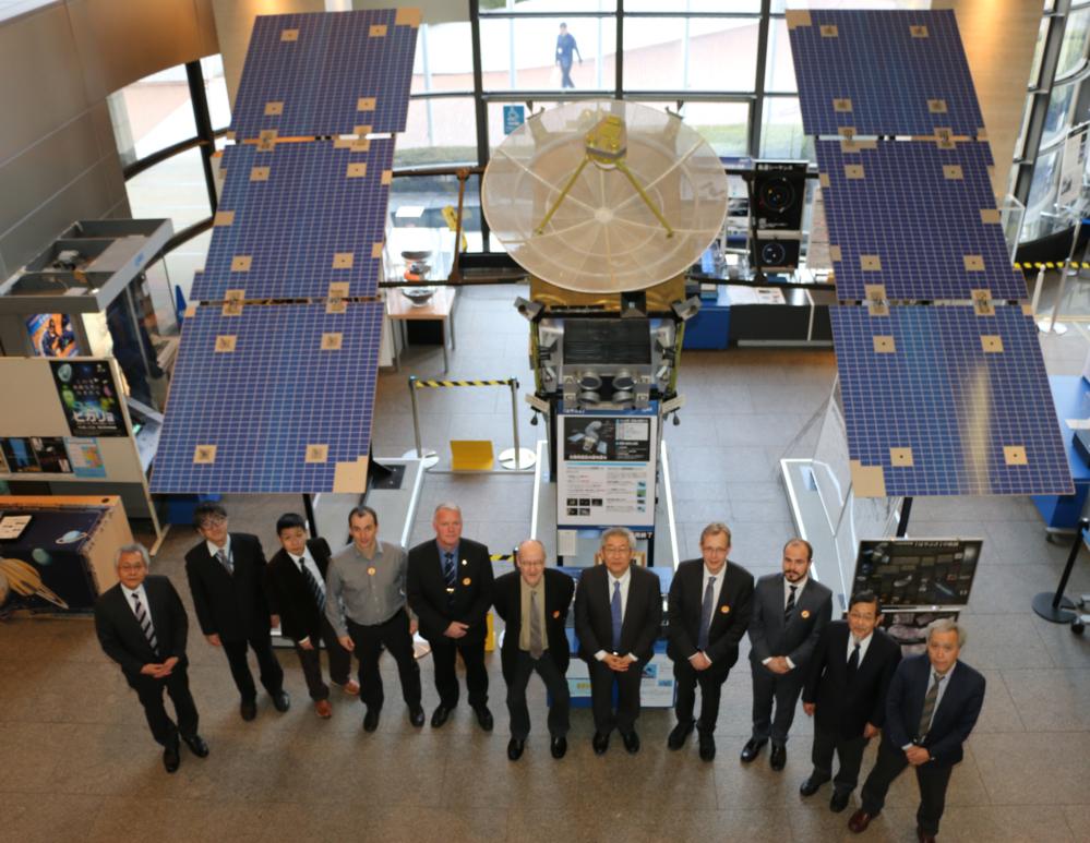 På besøk hos JAXA i Tokyo i januar 2015 før avtale om forskning med to sonderaketter ble underskrevet. Foto: JAXA