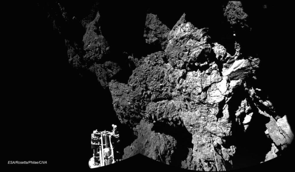 Dette er trolig det første bilde tatt fra Philae mens den står på bakken av kometen. Den ene foten til landeren kan skimtes nede til venstre. Foto: ESA.