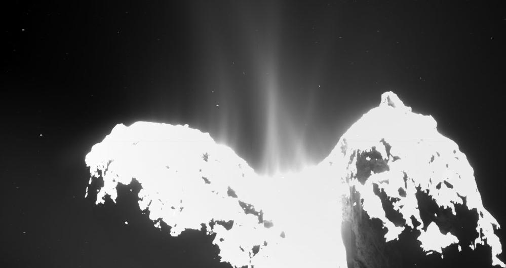 Kometen befinner seg fremdeles i de kaldere sonene i solsystemet, men allerede viser bilder tatt 10. september at gasser spruter ut. Foto: ESA.