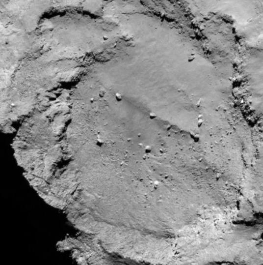Landingssted B som ble foreslått i august 2014. Philae landet til slutt i dette området, kanskje nær kanten på krateret. Foto: ESA/Rosetta/MPS for OSIRIS Team MPS/UPD/LAM/IAA/SSO/INTA/UPM/DASP/IDA
