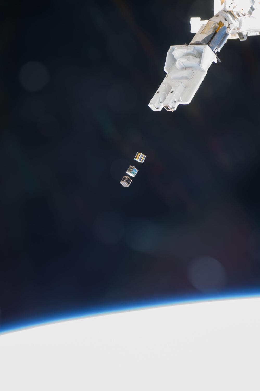 Cubesatellitter frisettes fra robotarmen på den japanske laboratoriemodulen på romstasjonen i november 2013. Foto: NASA