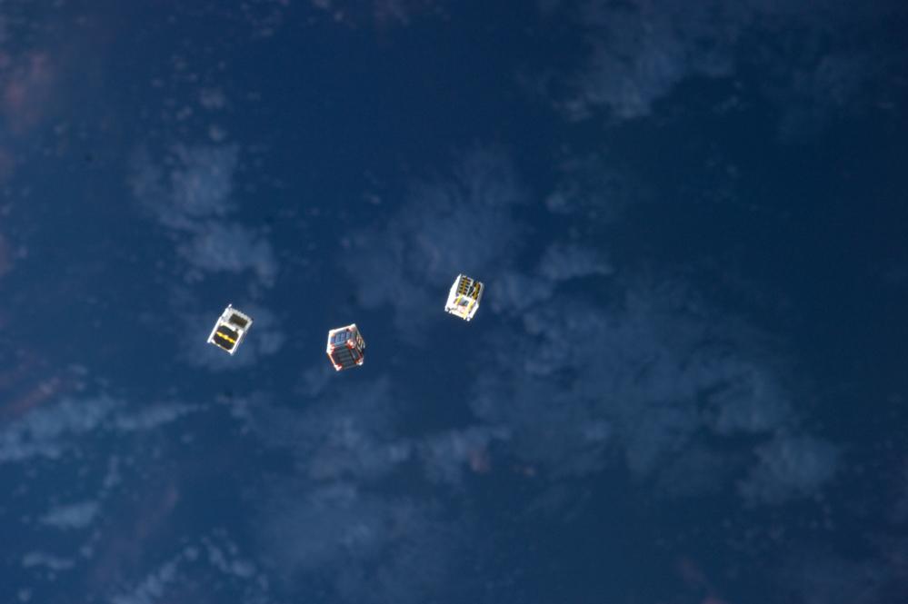 Cubesatellitter svever i bane like etter frisetting fra den internasjonale romstasjonen i oktober 2012. Foto: NASA