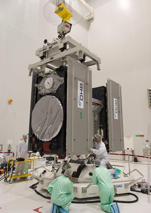Galileo-satellitt 7 og 8 settes forsiktig på frisettingsmekanismen som de skal skytes opp med den 27. mars 2015. Foto: ESA/CNES/ARIANESPACE-Service Optique CSG