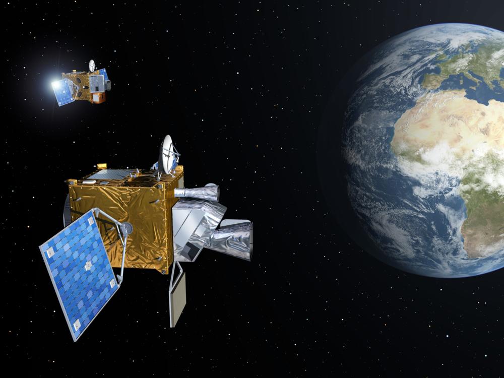 Meteosat Third Generation-satellittene med jorda i bakgrunnen. Illustrasjon: ESA/P. Carril