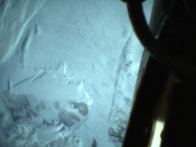 Det første bildet fra NorSat-2, tatt av kameraet som skal verifisere at antennen for ny maritim kommunikasjonsmetode ruller seg ut. Foto: Space Norway AS