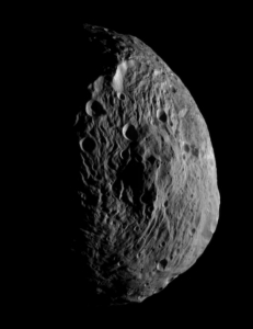 Dvergplaneten Vesta og dens kjempefjell tatt av romsonden Dawn.