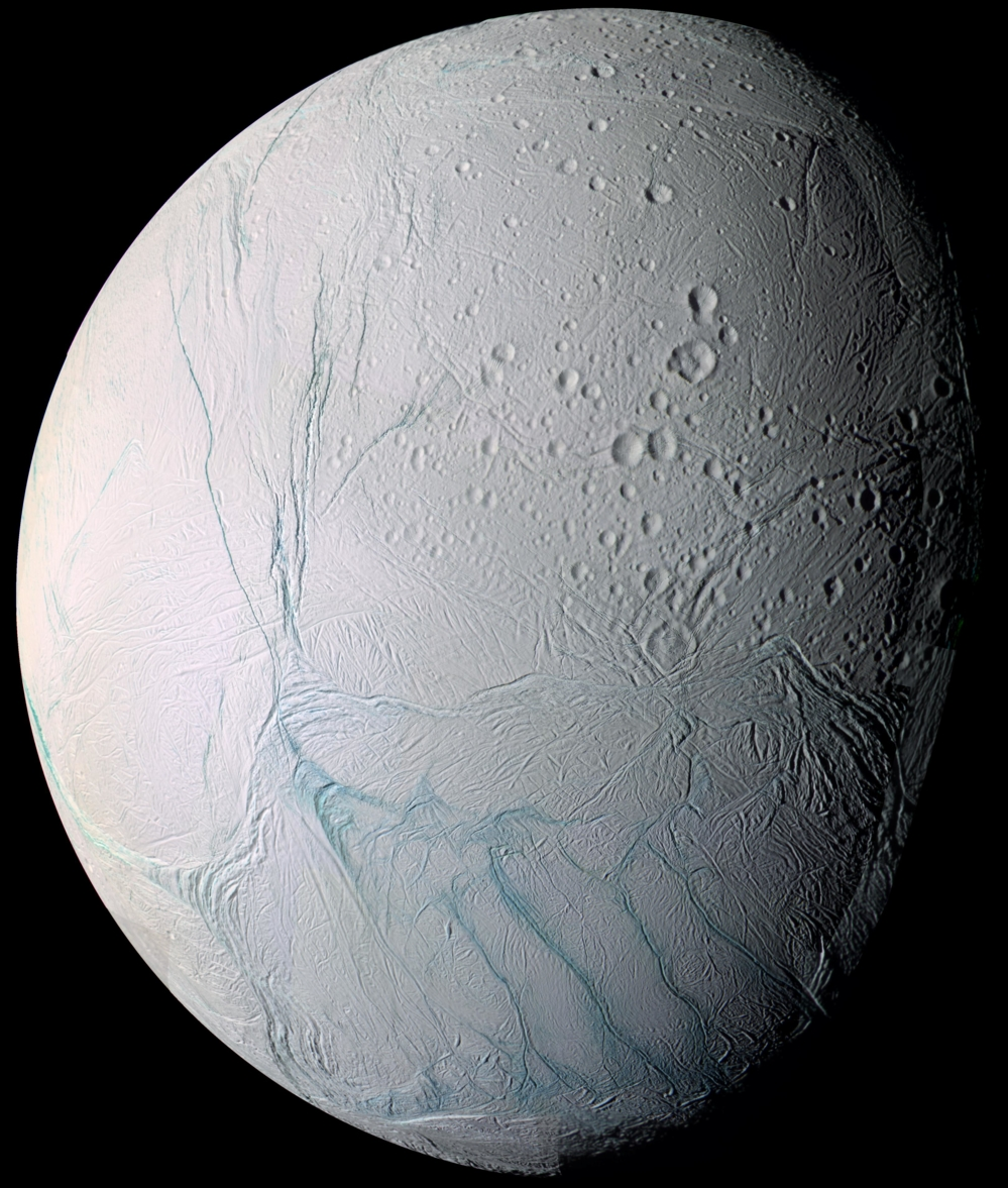 Enceladus, en av Saturns mange måner, er dekket av tykk is. Nær sørpolen finnes lange sprekker som skyter is og vanndamp langt ut i rommet. Foto: NASA/JPL/Space Science Institute