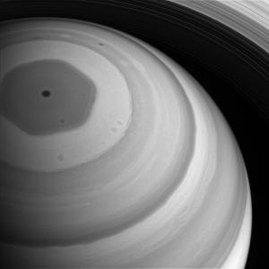 Ved Saturns nordpol blåser en enorm storm med seks kanter. Også den sørlige polen har en gigantisk storm, men den ser ut som en vanlig orkan. Foto: NASA