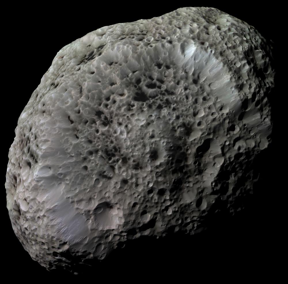 Hyperion er en av Saturns 150 måner og en av de mest uvanlige i solsystemet. Små og skarpt definerte kratere gi Hyperion et svampaktige utseende. Foto: NASA
