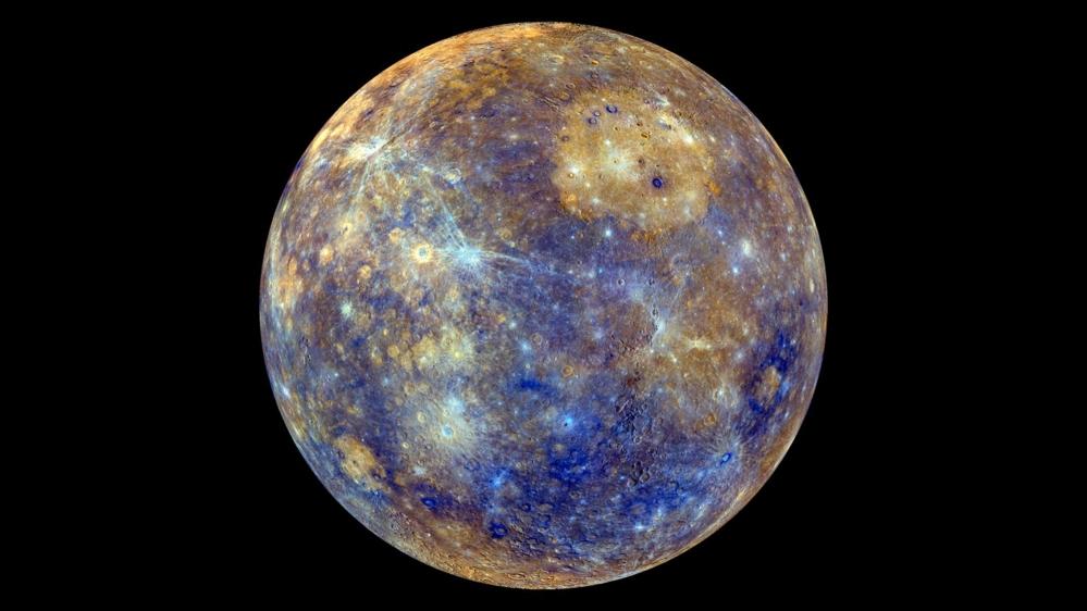 Merkur sett av Messenger i 2011. De falske fargene viser ulike geologiske forhold på overflaten. Foto: NASA