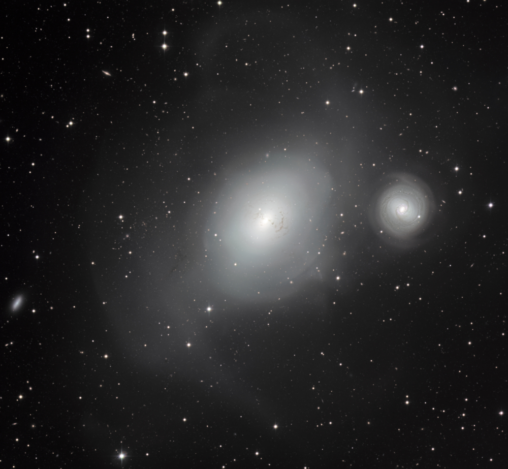 Galaksen NGC 1316 og NGC 1317. Den store galaksen, NGC 1316, har slukt flere galakser i sin levetid og bærer spor av dette. Foto: ESO