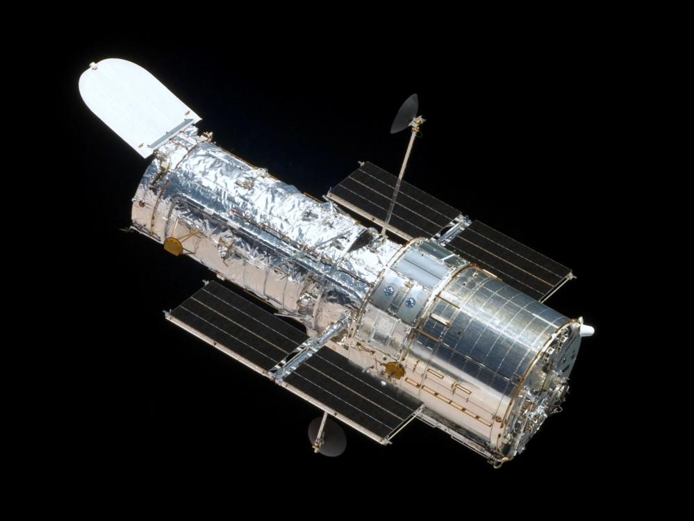 Romteleskopet Hubble i bane sett fra romfergen Atlantis. Foto: NASA