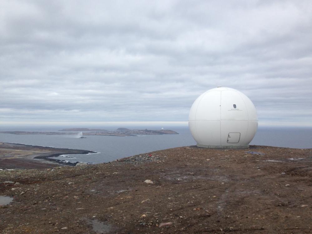 Kystverkets antenne for nedlesing av satellittdata i Vardø. Foto: NRS.