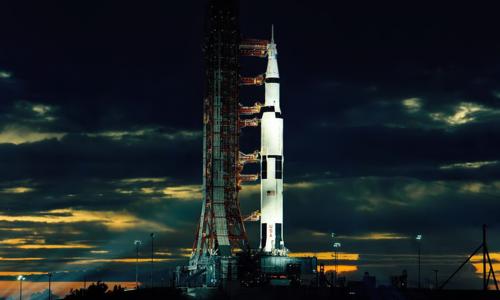 Mektige Saturn 5 står klar til oppskyting - den kraftigste maskinen som noen gang er konstruert. Foto: NASA