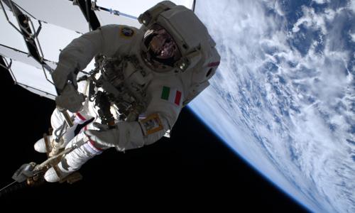 Den italienske ESA-astronauten Luca Parmitano på romvandring. Foto: ESA.
