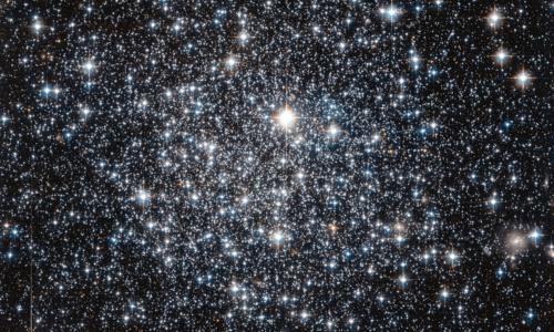 Hubbles foto av kulehopen IC 4499. Kulehoper er tette kuleformede ansamlinger av stjerner. Foto: ESA/NASA.