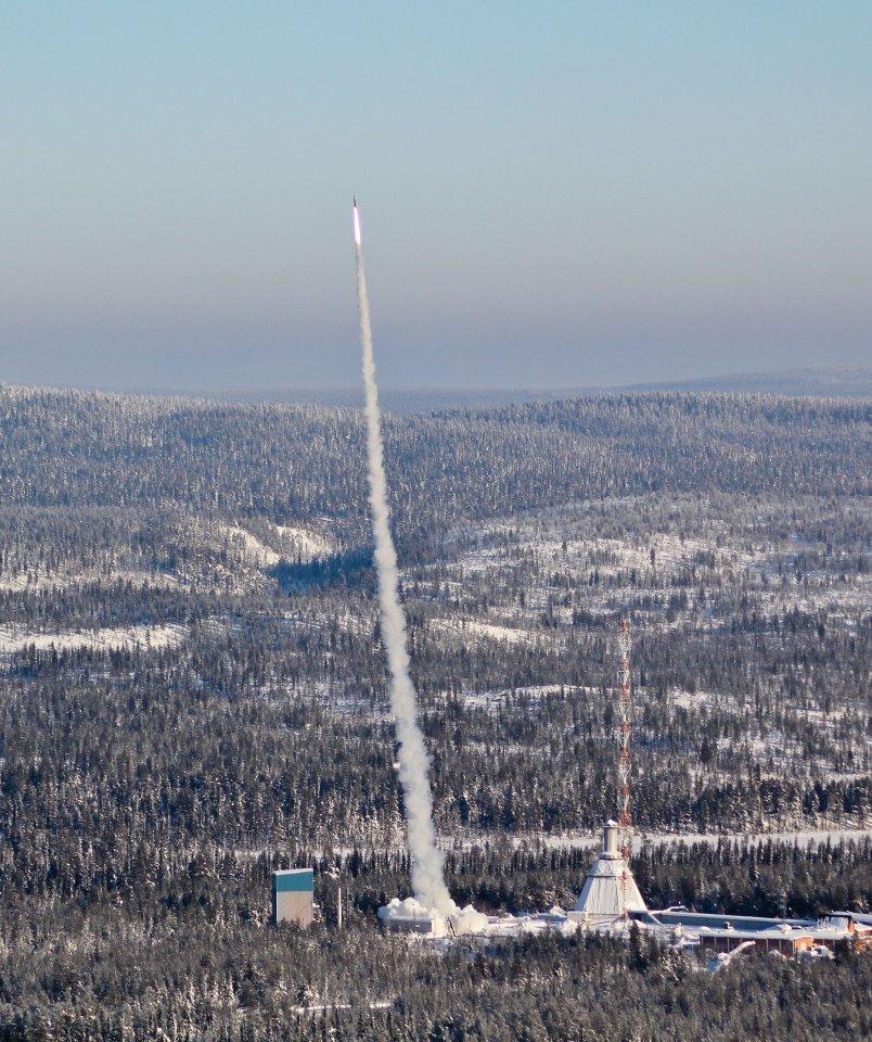 Oppskyting av sonderakett i studentprogrammet REXUS i 2012 fra Kiruna i Sverige. Foto: REXUS