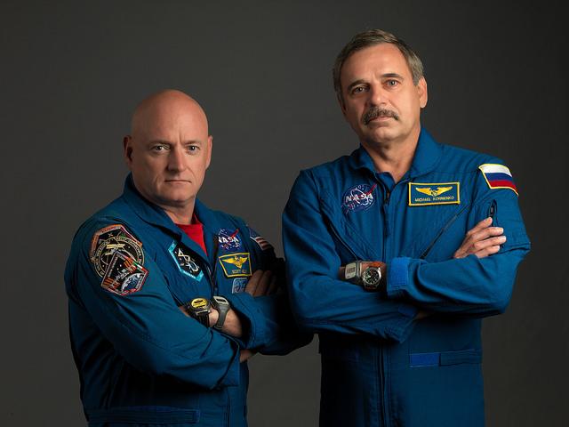 Scott Kelly (t.v.) og Mikhail Kornienko blir de første til å oppholde seg et helt år på romstasjonen. Foto: NASA/B. Stafford