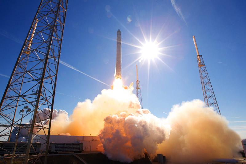 Den privatutviklete bæreraketten Falcon 9 løfter transportfartøyet Dragon til romstasjonen. Foto: SpaceX