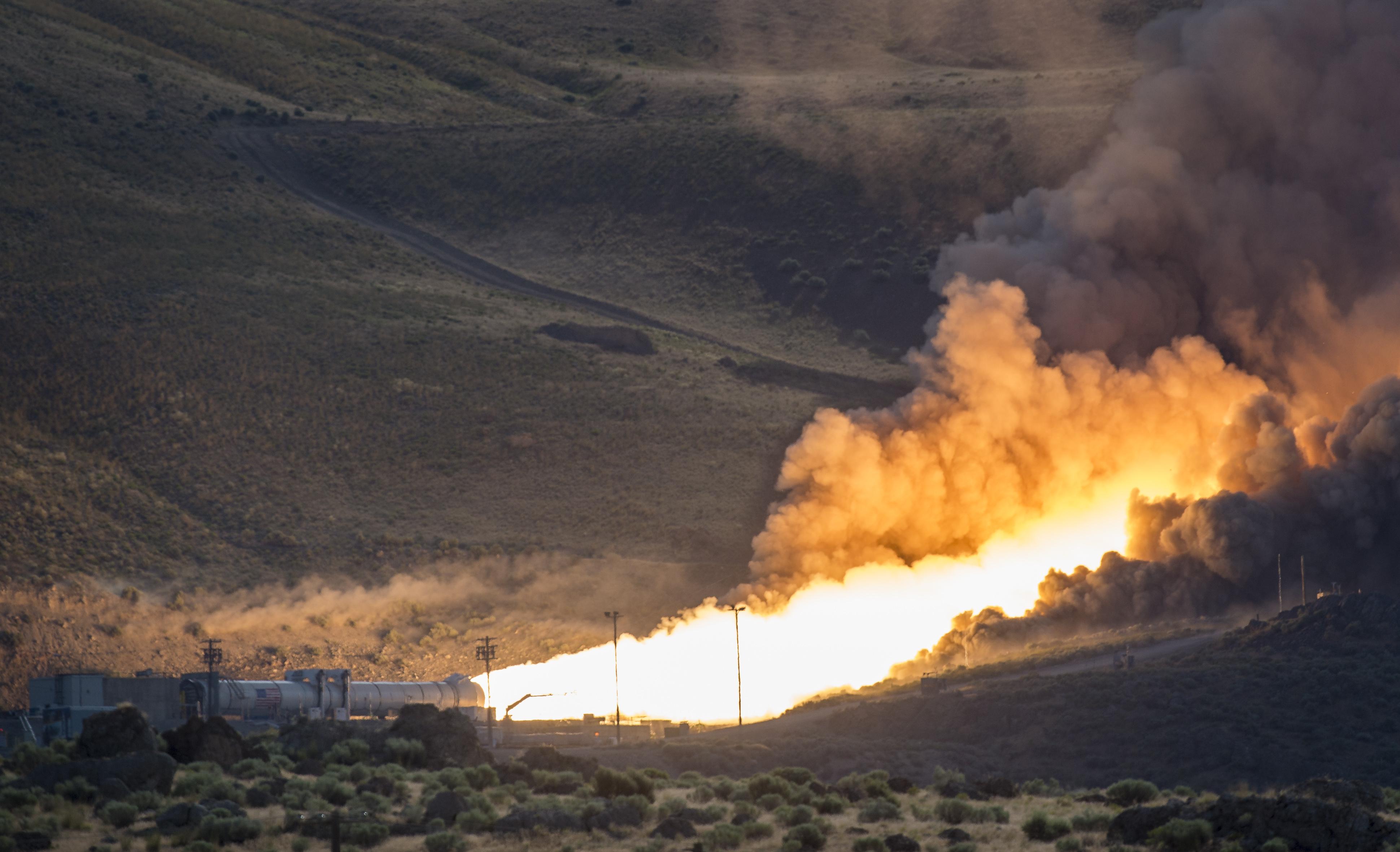 NASAs nye og enorme bæreraketter i Space Launch System hadde en vellykket test 28. juni 2016. Space Launch System skal frakte astronauter til månen og til Mars. Foto: NASA/B. Ingalls