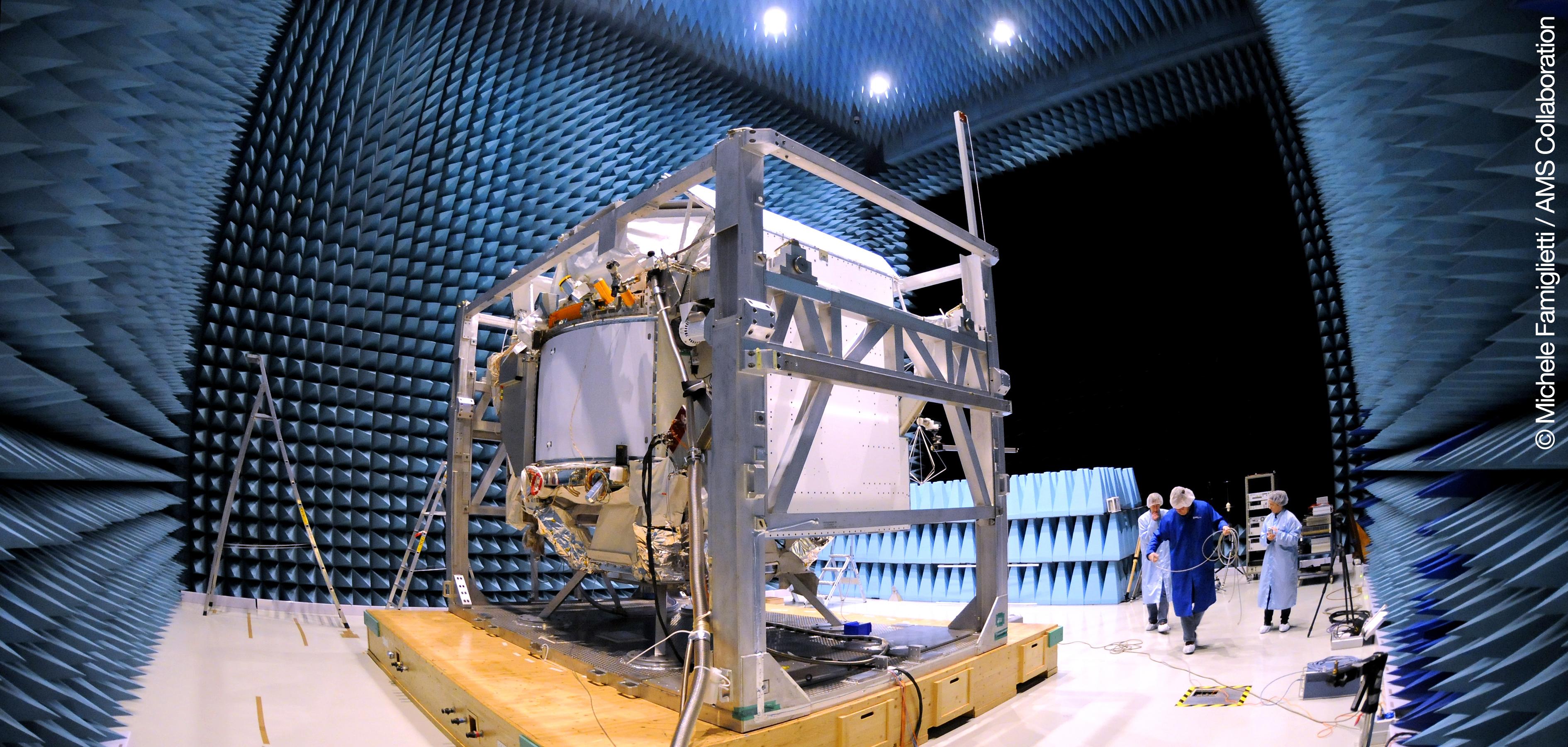 Kvantefysikkeksperimentet AMS-02 i lydkammeret for testing hos ESTEC og ESA. Foto: ESA