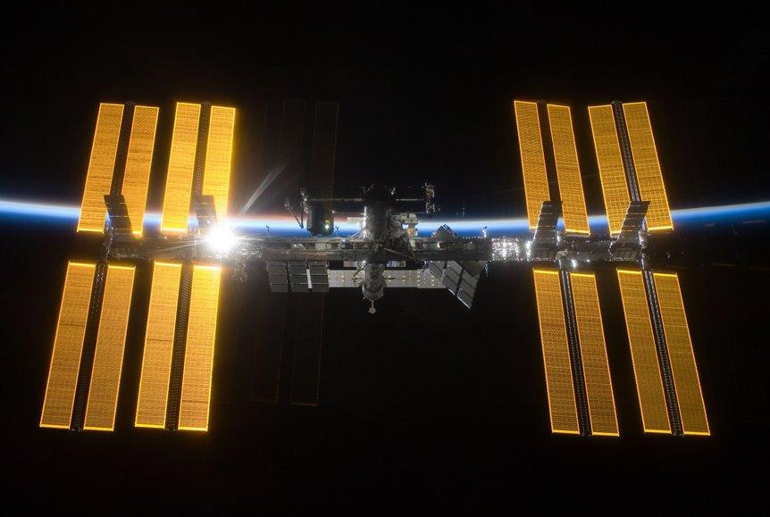 Den internasjonale romstasjonen hilser sola i 2009. Foto: NASA