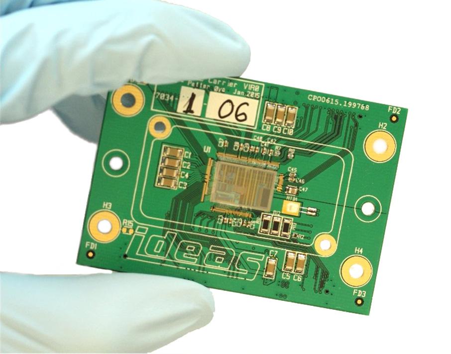 Den integrerte kretsen Near Infrared Readout Controller, NIRCA, fra det norske firmaet IDEAS vil gjøre infrarøde instrumenter på satellitter og romsonder mye mindre og lettere. Foto: IDEAS