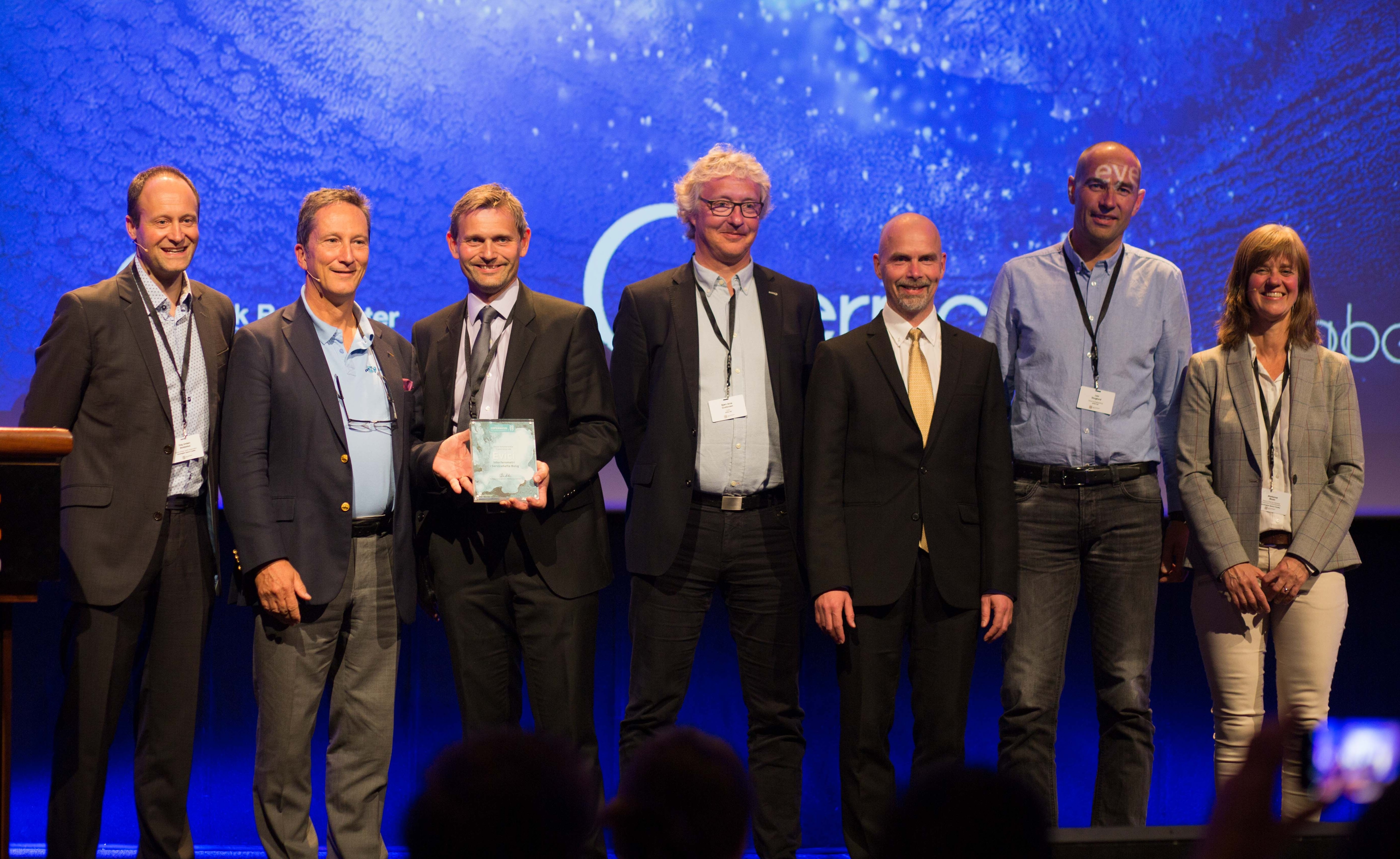 Fra utdelingen av Copernicus-prisen 2017. Fra venstre: Dag Anders Moldestad (Norsk Romsenter), Simon Jutz (ESA), Svein Krakk (eVici), Bjørn Arne Gustavsen (eVici), Joe Amundsen (eVici), Lars Skoglund (eVici), Marianne Moen (Norsk Romsenter). Foto: A. Rocha