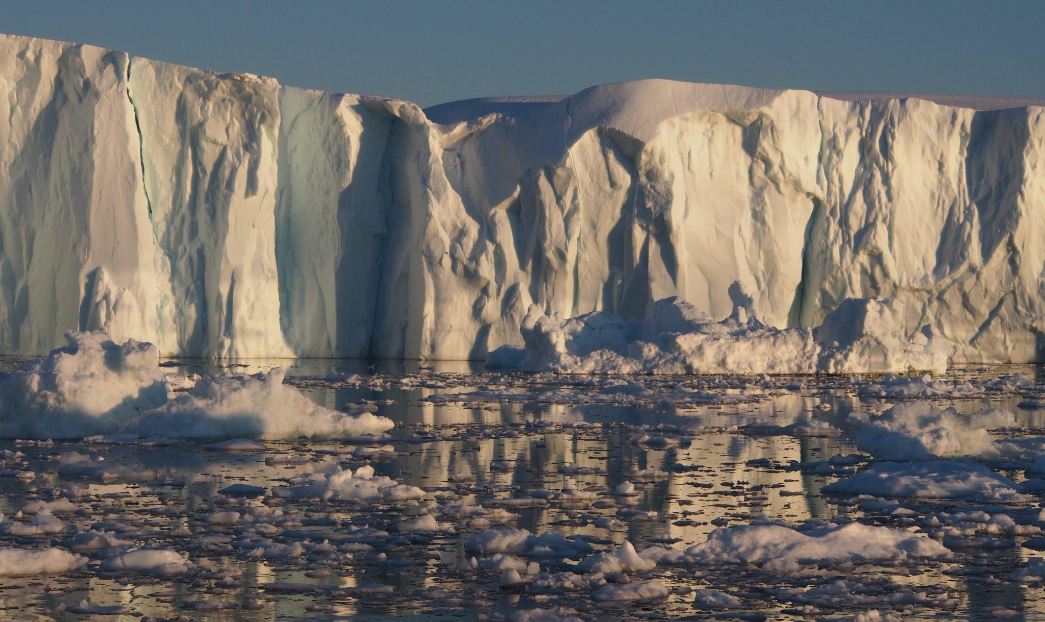 Store breer på Grønland krymper, setter farten mot havet og kalver enorme isfjell. Foto: A. Pope/National Snow and Ice Data Centre
