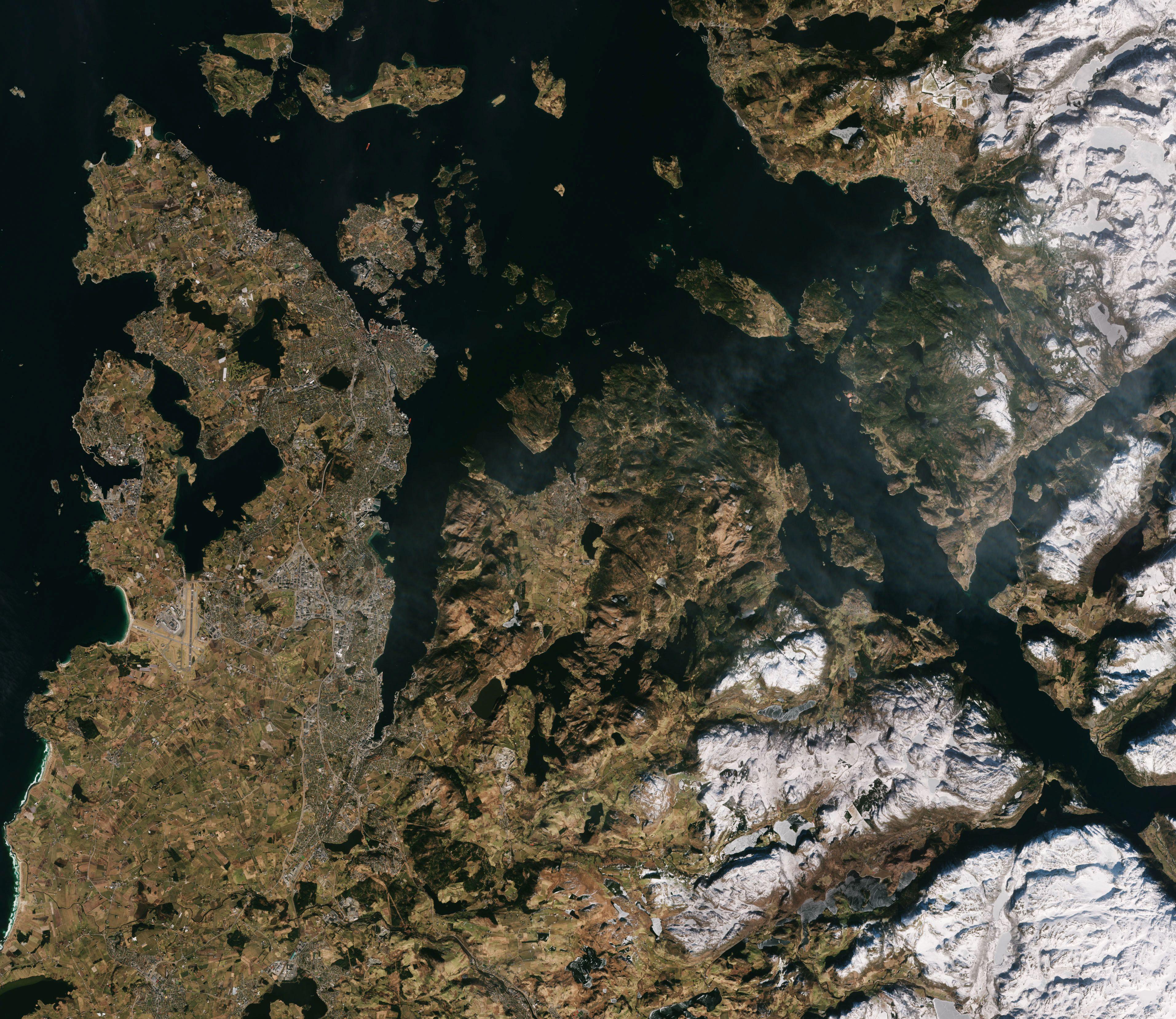 Fjord og fjell i Rogaland med Stavanger oppe til venstre i bildet sett av Sentinel-2A 15. mars 2016. Foto: ESA/Copernicus
