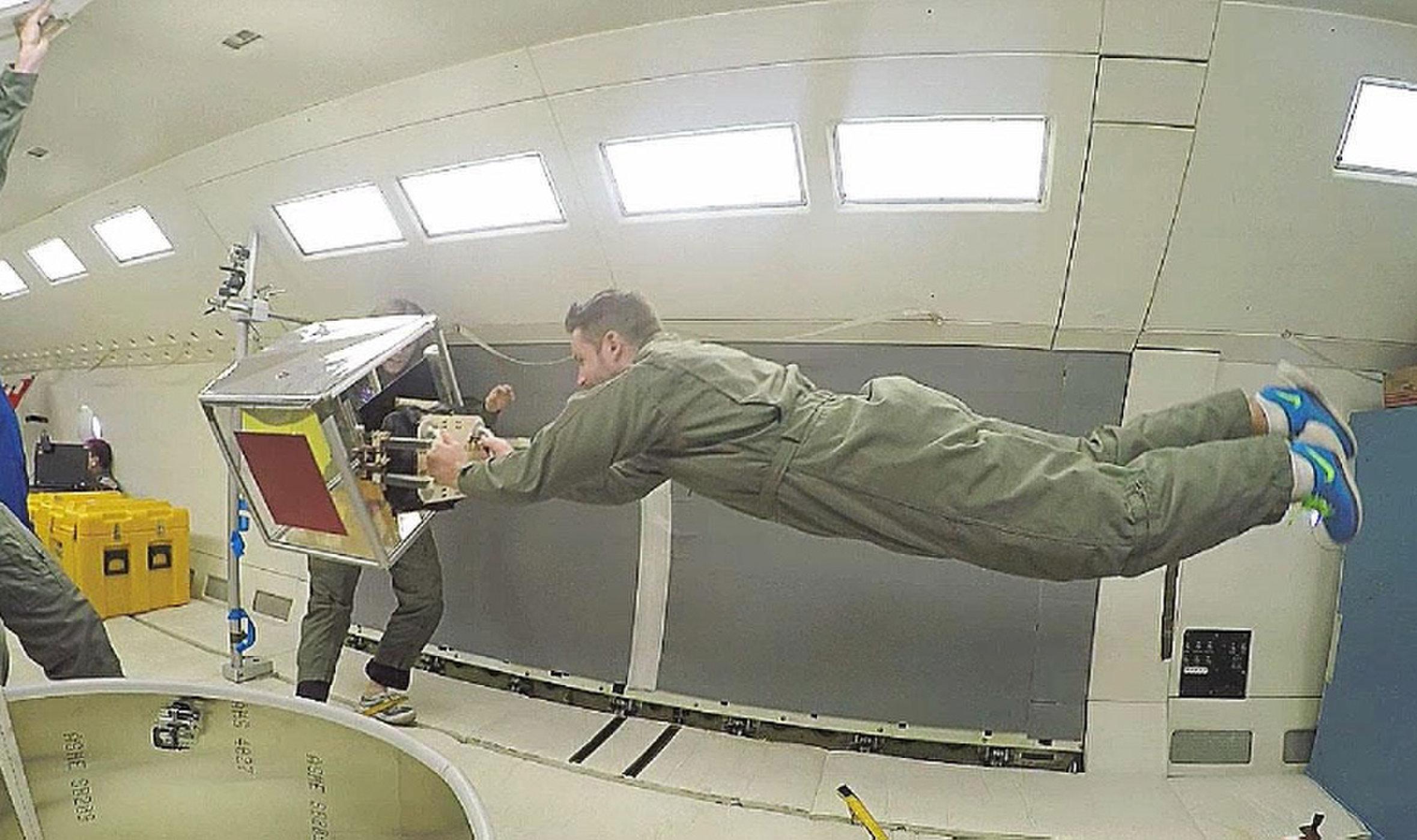Her testes en gripeanretning i vektløshet. Denne anretningen kan holde fast på romsøppel ved hjelp av puter av mikroskopiske hår. Foto: Jiang et al.