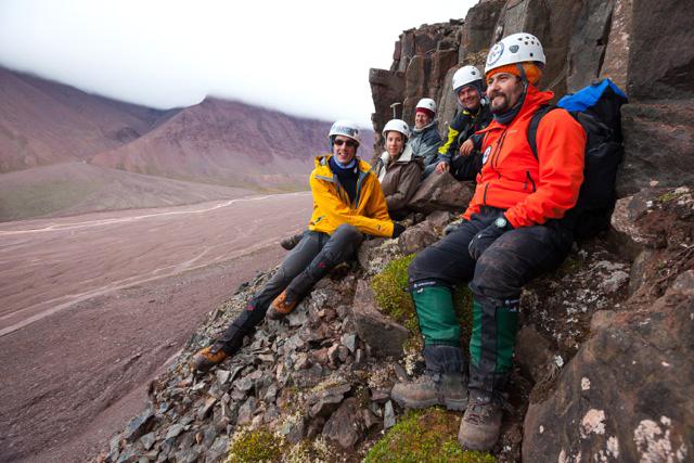 Deltakerne på AMASE-ekspedisjonen 2013 tar seg en pust i bakken i det Mars-liknende landskapet på Svalbard. Foto: AMASE