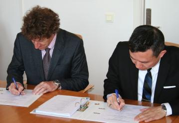 The Managing Director of the Space Flight Laboratory at the University of Toronto, Dr. Robert E. Zee (right) and Bo N. Andersen, Director General of the Norwegian Space Centre, are signing the contract for the construction of the NORSAT-1 platform.