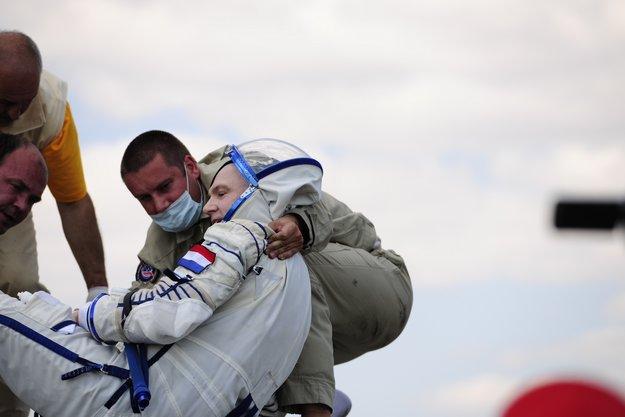 En russisk kosmonaut må tas hånd om etter at å ha kommet tilbake fra et opphold på den internasjonale romstasjonen. Foto: ESA.