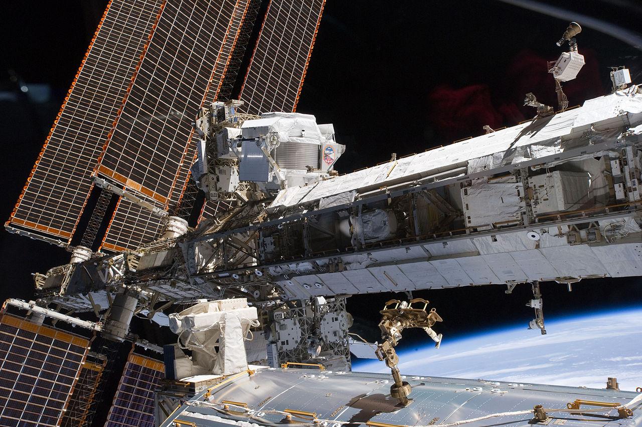 Partikkeldetektoren AMS-02 på romstasjonen. Foto: NASA/AMS-02 Collaboration