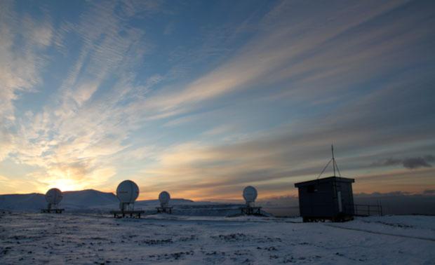 Bakkestasjonen for satellitter i søk-og-redningssystemet Cospas-Sarsat på Svalbard. Foto:KSAT/ESA