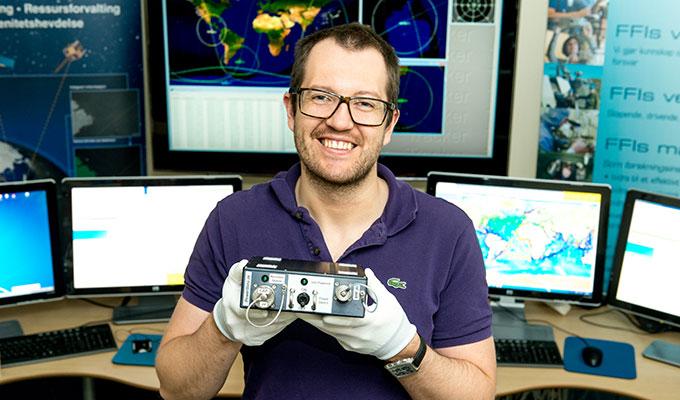 FFI-forsker Andreas Nordmo Skauen har nettopp pakket ut den hjemvendte NORAIS-1-mottakeren. Foto: FFI.